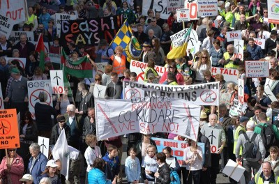 1397574371-dublin-thousands-gather-to-protest-against-pylons-and-wind-turbines_4479876